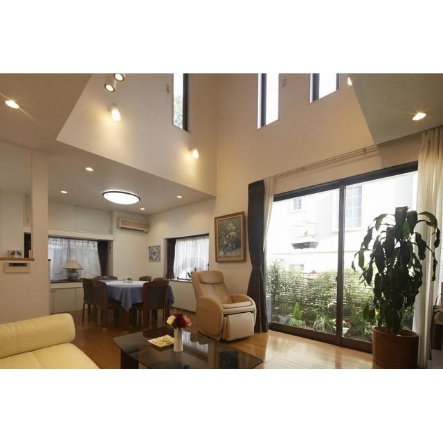 2階の子供部屋1室を利用して、リビングが念願の吹き抜け空間 に大変身!新しく配置した高窓がやさしく光と風をリビングへ と運びます。