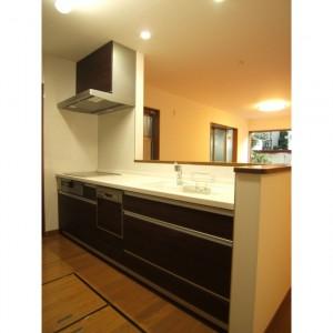 長年の夢だった、対面キッチンとシステム収納がスッキリした印象です。 I Hコンロと食器洗い乾燥機も取り入れました。